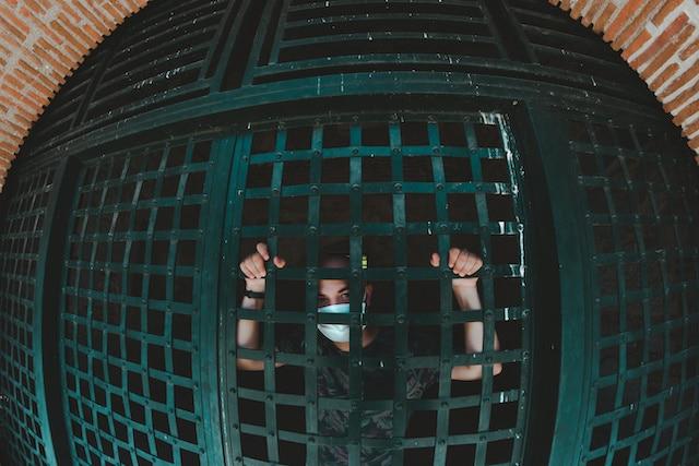 Emergencia en cárcel migratoria: 350 presos con COVID-19