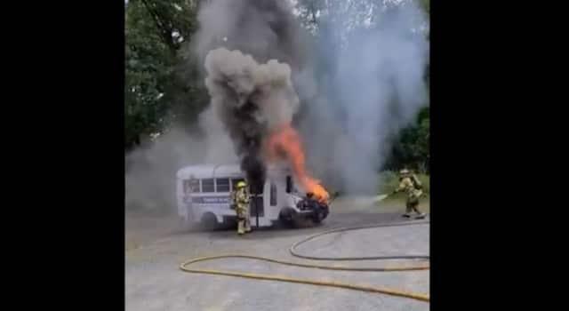 Autobús estalla en llamas en Chapel Hill