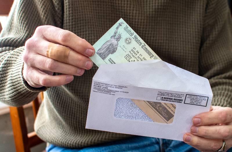 como-pueden-los-californianos-cobrar-hasta-1100-en-cheque-de-estimulo-adicional