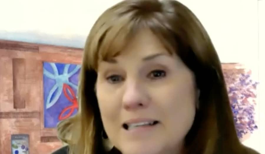 Mujer llora por concierto