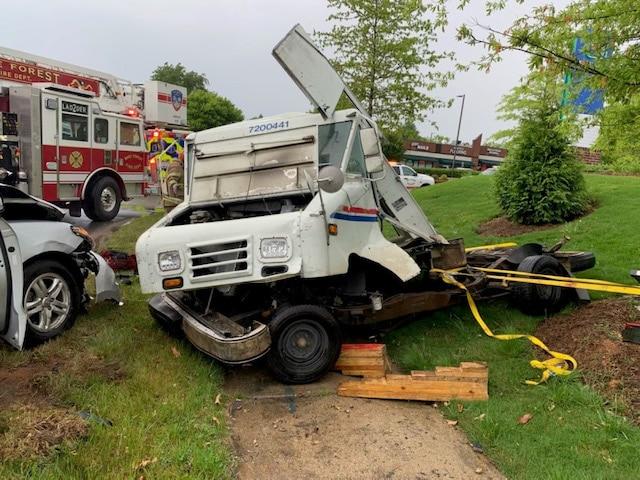Camión de USPS se destruye en accidente de tres autos en Wake Forest