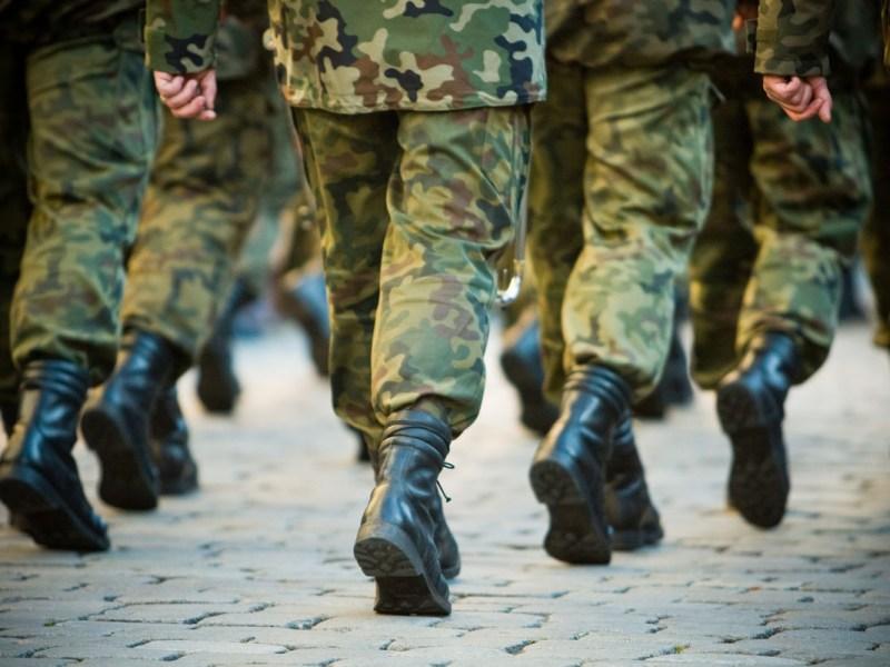 2 militares intentaron cruzar mexicanos por la frontera y ahora enfrentan cargos en tribunales