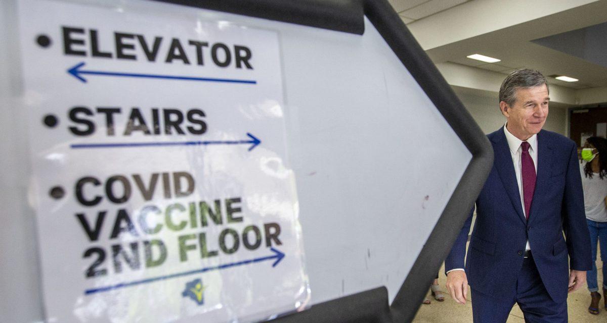 Gobernador Roy Cooper en la clínica de vacunación del Departamento de Salud del Condado de Davidson en Lexington, NC. Woody Marshall / News & Record.