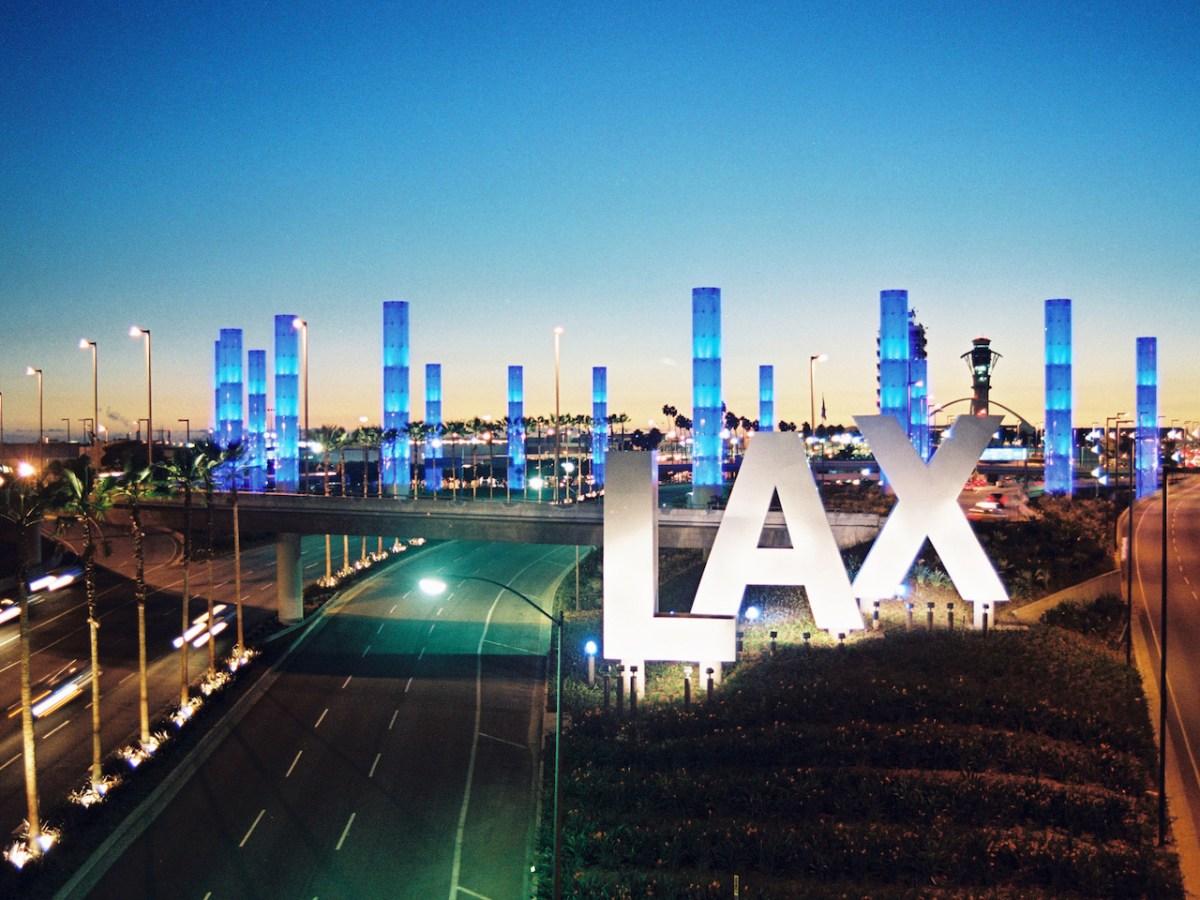 Aeropuerto de L.A. ofrece vacunación gratuita de COVID-19 a viajeros