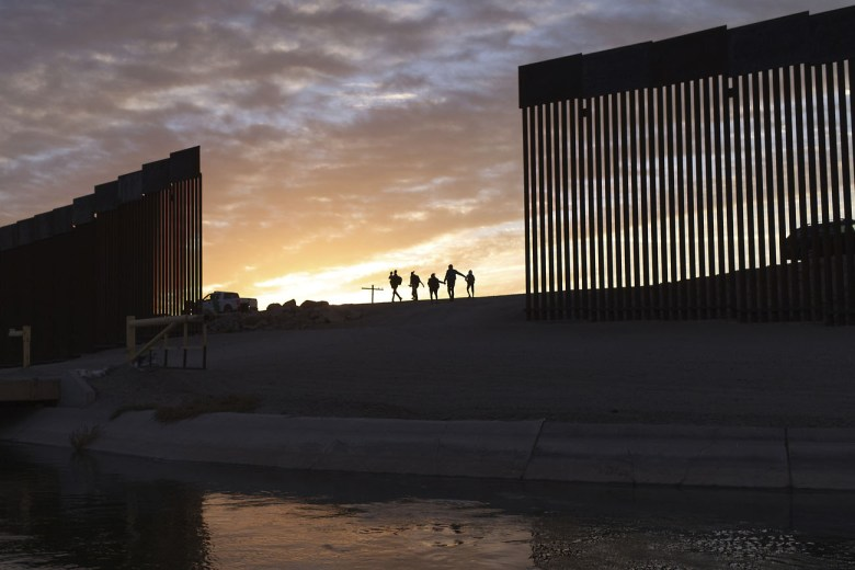 Anuncian planes para devolver fondos del muro y parar la obra
