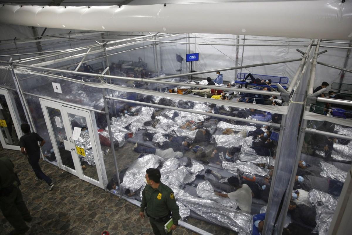 Gobierno federal demandará a Texas si cierra albergues de migrantes