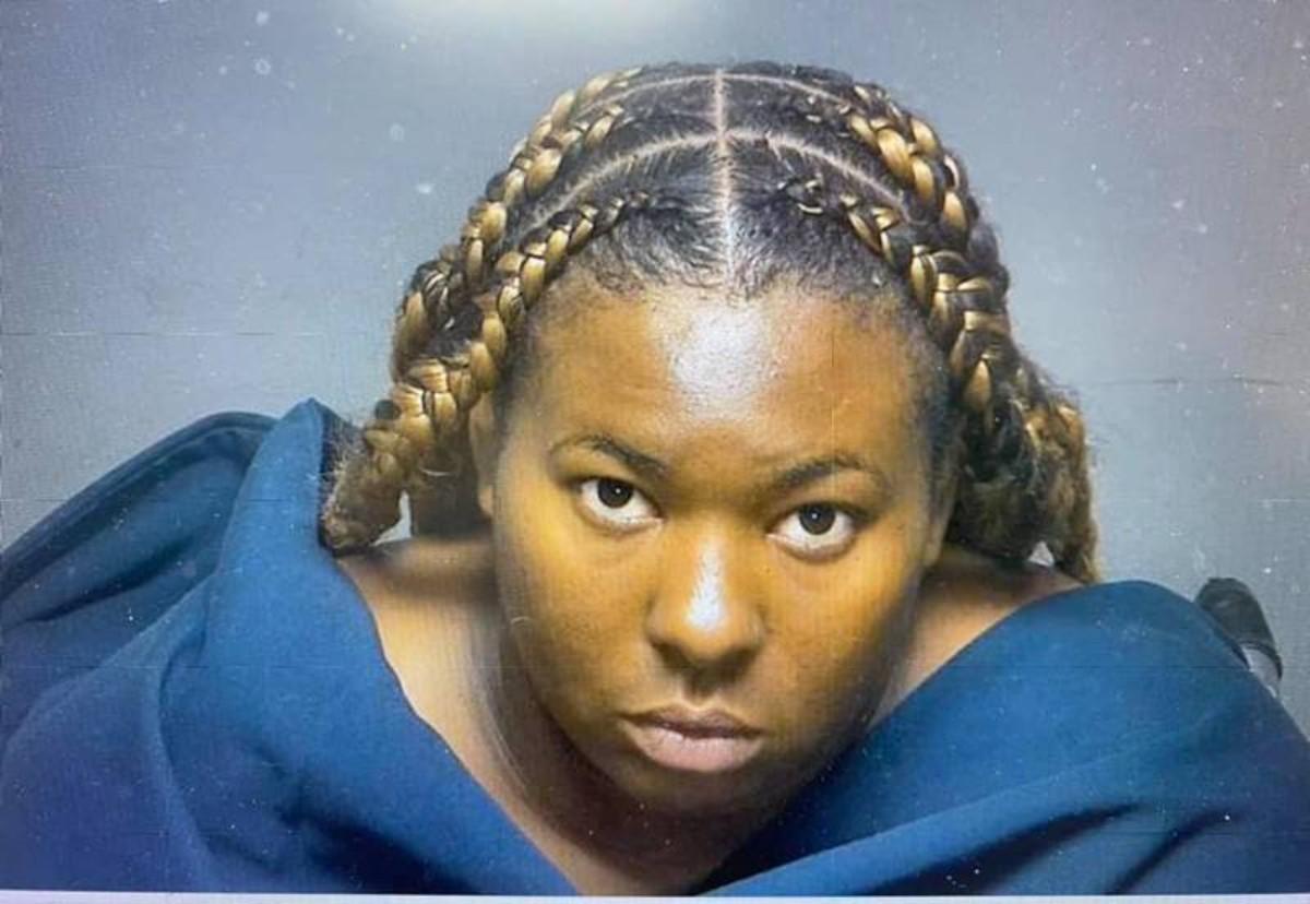 Mujer acusada de conducir ebria con 4 niños en auto y estrellarse contra árbol