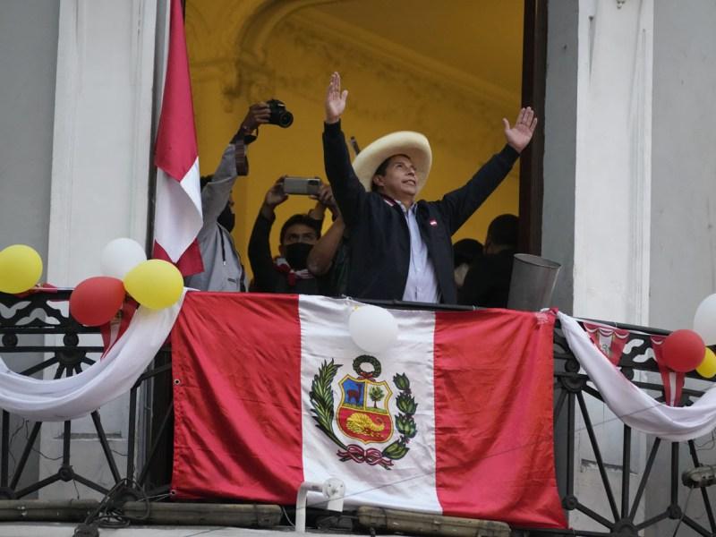 Pedro Castillo se perfila como ganador de elecciones en Perú, sigue el conteo
