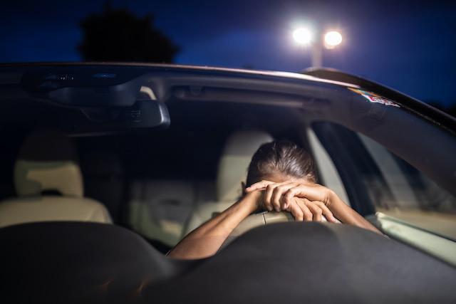 Madre muere por quedarse dormida tras el volante; hijo muere también