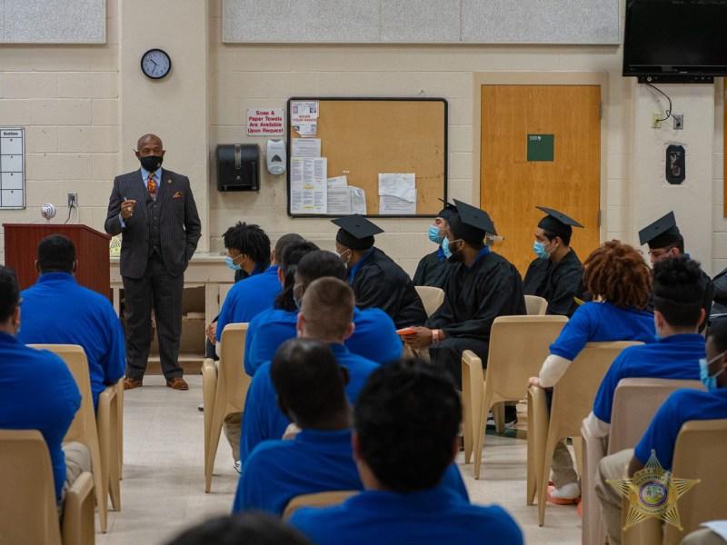 El Centro de Detención del Condado de Mecklenburg Central celebró a seis graduados el martes con una ceremonia por completar el HISET.