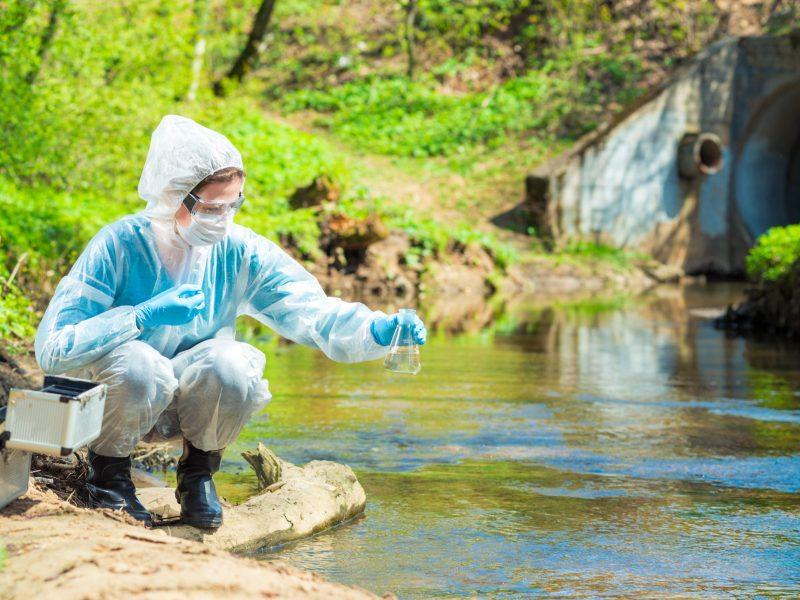 Los sitios de manejo de aguas residuales pueden servir como una herramienta para rastrear la tasa de contagios de COVID-19. © kosmos111 / Adobe Stock