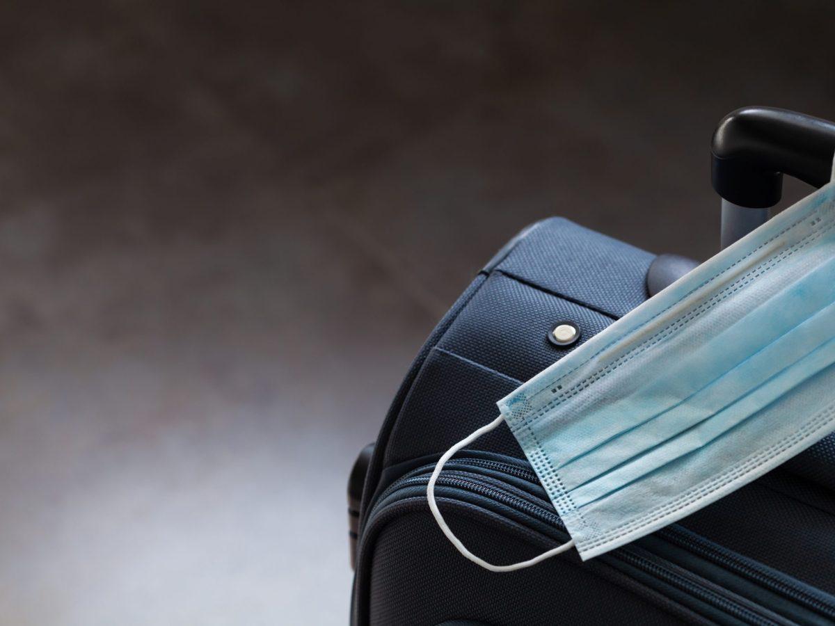 Estados Unidos mantendrá vigentes las restricciones de COVID-19 en viajes internacionales debido a los aumentos de casos de COVID-19.