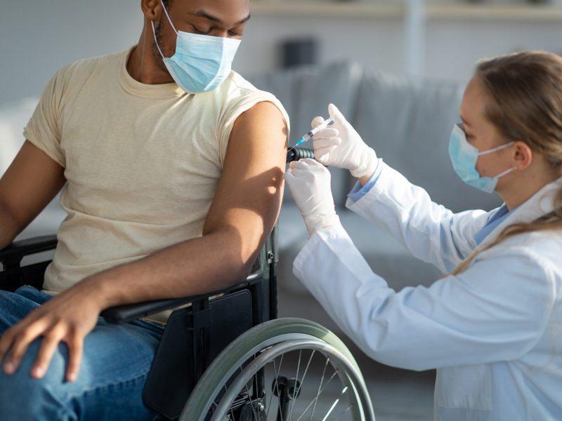 NCDHHS lanza línea directa para ayudar a las personas que no puedan llegar a sitios de vacunación contra COVID-19 debido a problemas de salud, edad u otras razones. © Prostock-studio / Adobe Stock