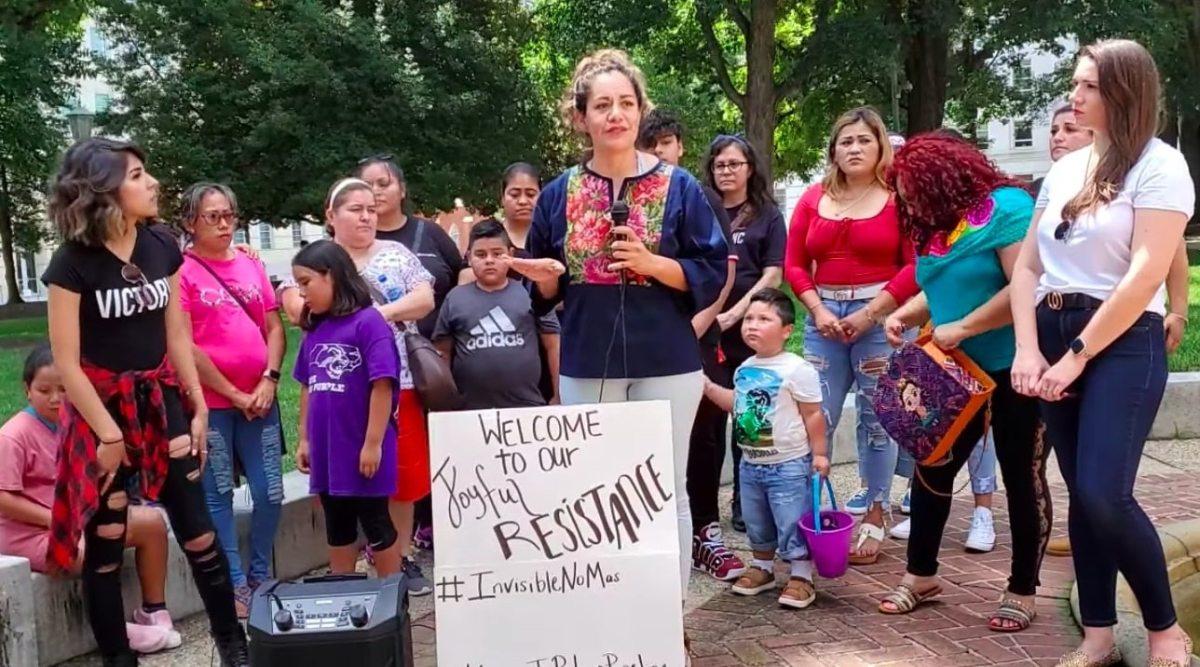 Latinas echadas de piscina por oír música en español piden cambios en oficina del alguacil