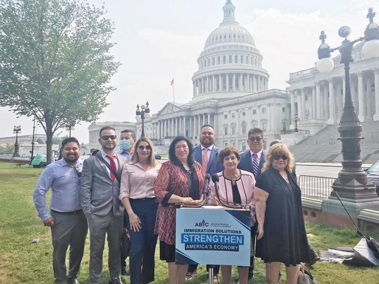 Senadores, empresarios, y activistas presionan al Congreso