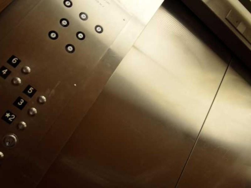 Niño muere elevador