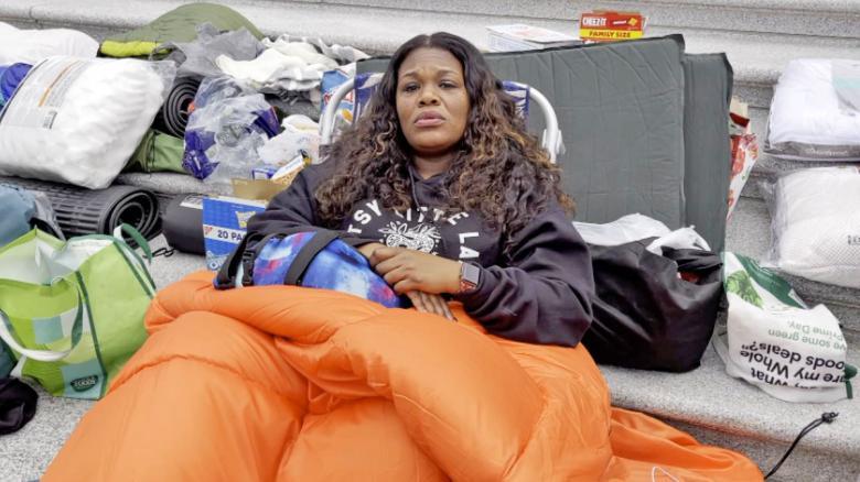 La representante demócrata Cori Bush duerme en los escalones del Capitolio para protestar el fin de la moratoria de desalojos. Foto CNN / CNN Video Segment