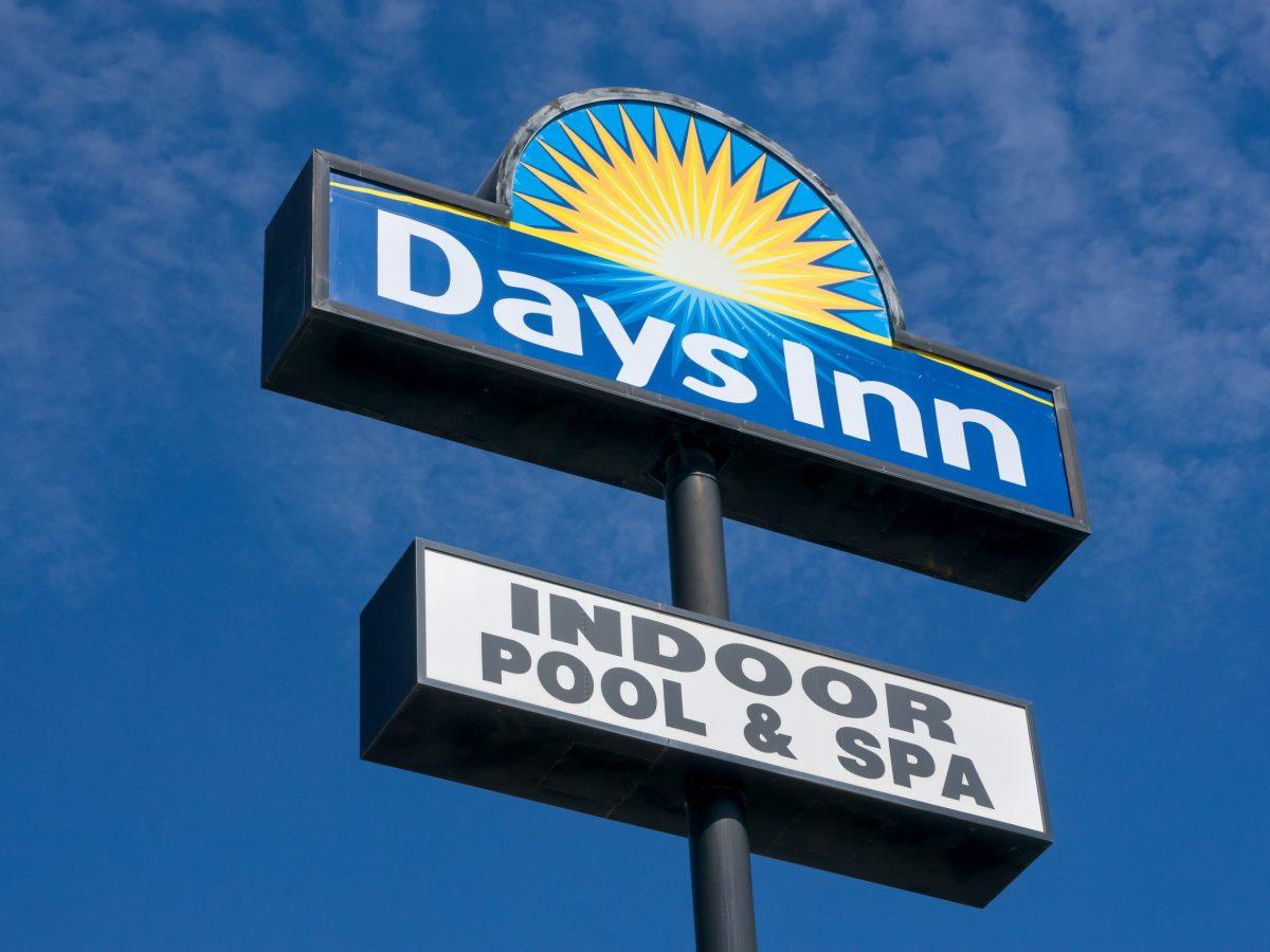 Aprueban comprar un hotel Days Inn en Asheville por $2 millones para convertirlo en vivienda a bajo precio. © wolterke / Adobe Stock