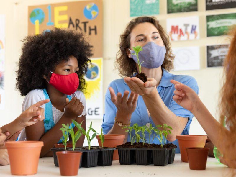 La Asamblea General aprobó un proyecto de ley sobre el coronavirus para las escuelas como la calificación de las escuelas y mascarillas.