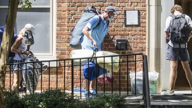 Profesores de la Universidad de Carolina del Norte en Chapel Hill firmaron una petición pidiendo retrasar el regreso a clases en persona por mínimo un mes. Foto Casey Toth / Raleigh News & Observer