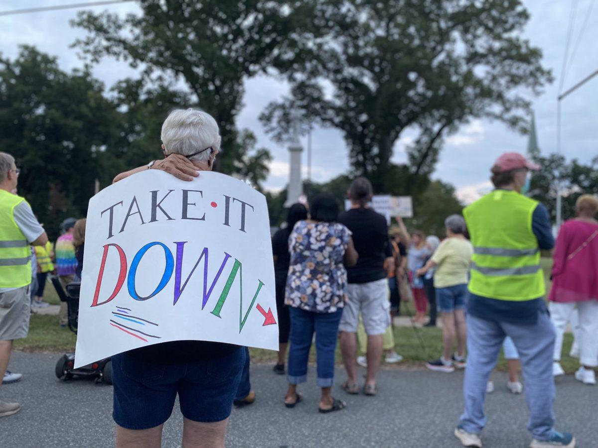Manifestantes piden remoción de estatua confederada en Cornelius