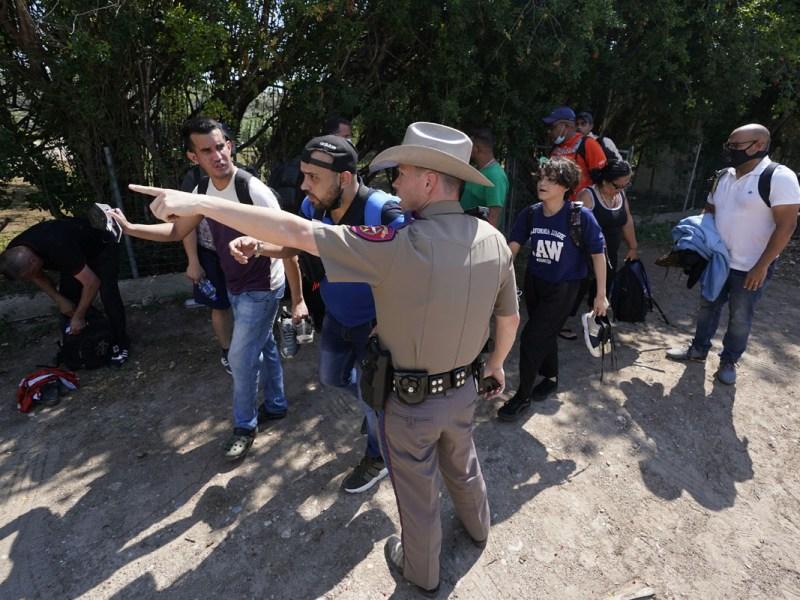 Jueza en Texas prohíbe detener autos con inmigrantes