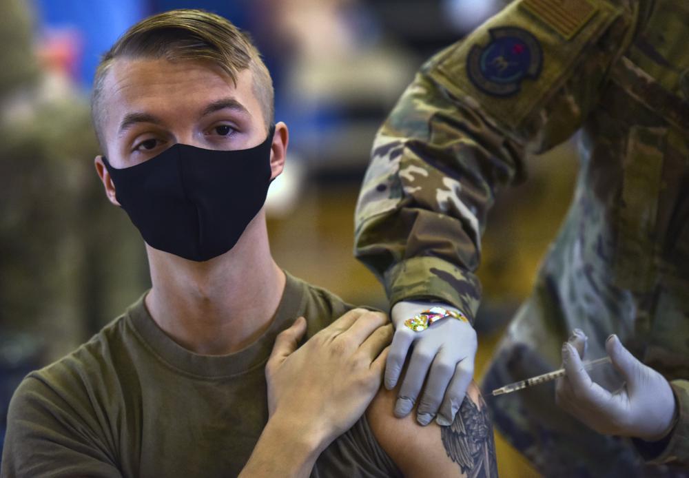 El Pentágono ordenó que miembros de las fuerzas armadas se vacunen contra el Coronavirus inmediatamente. Foto vía AP / U.S. Air Force Tech. Sgt. Anthony Nelson Jr., Department of Defense