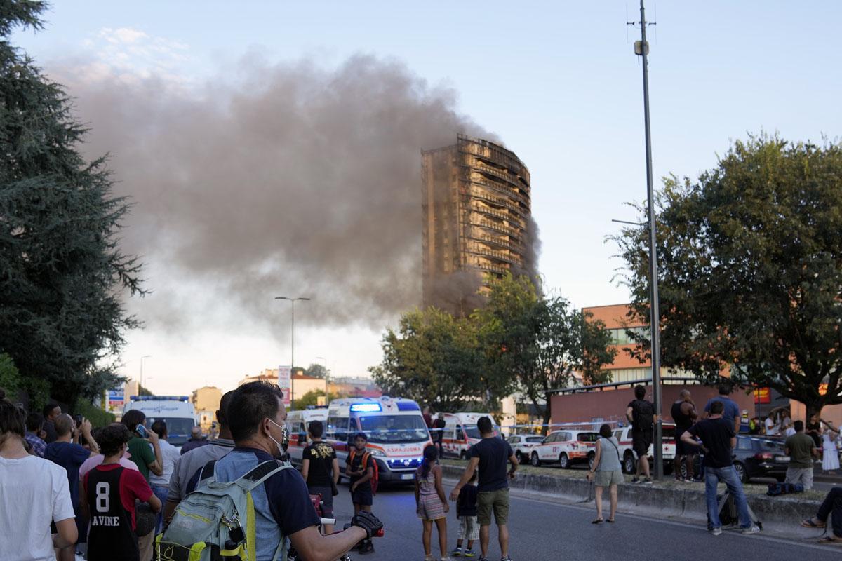 VIDEOS: Destructivo incendio en Milán arrasa con edificio y autos