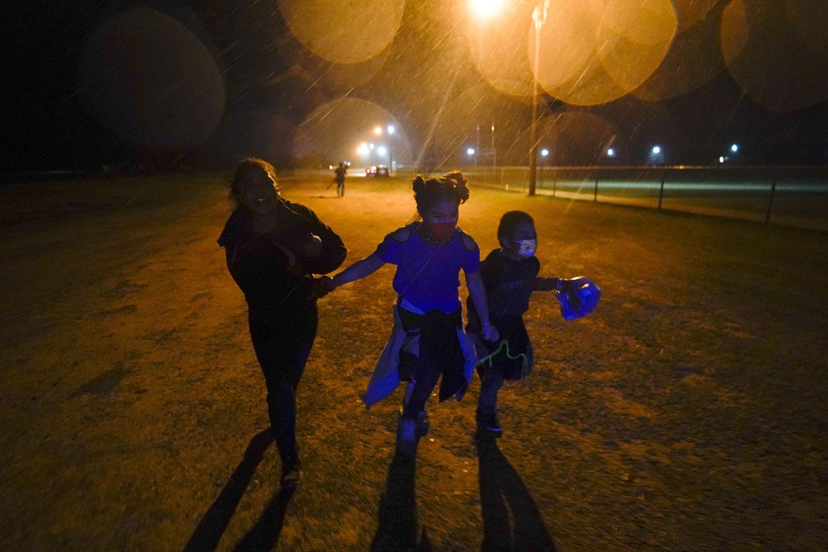 Más familias migrantes cruzaron en agosto la frontera