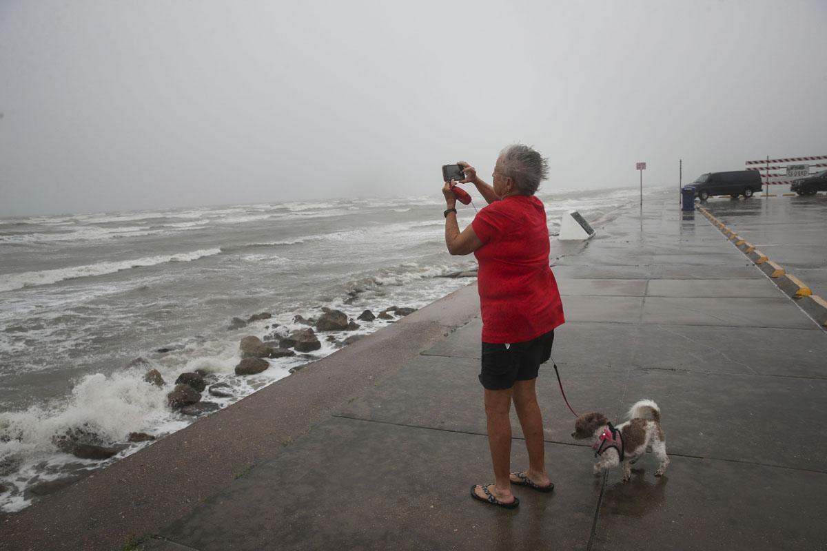Nicholas se convierte en huracán de categoría 1 rumbo a Texas