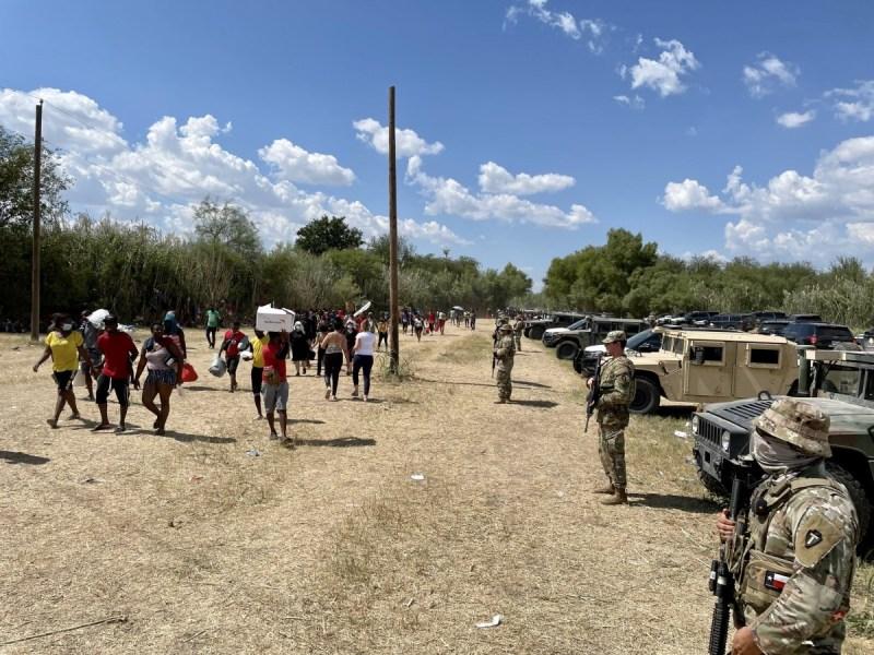 Texas frenar migrantes muro vehículos