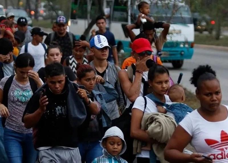 arrestan 900 migrantes Texas