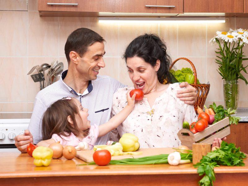 Las frutas y los vegetales deben ser el alimento principal de cada comida. © Adobe Stock