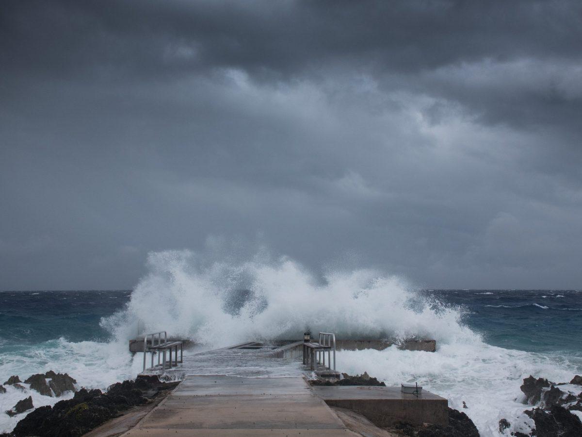 potente-huracan-sam-provoca-primeras-alertas-afectara-costa-este-del-pais