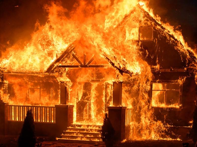 Madre incendió casa y dejó a su niño adentro en Carolina del Sur