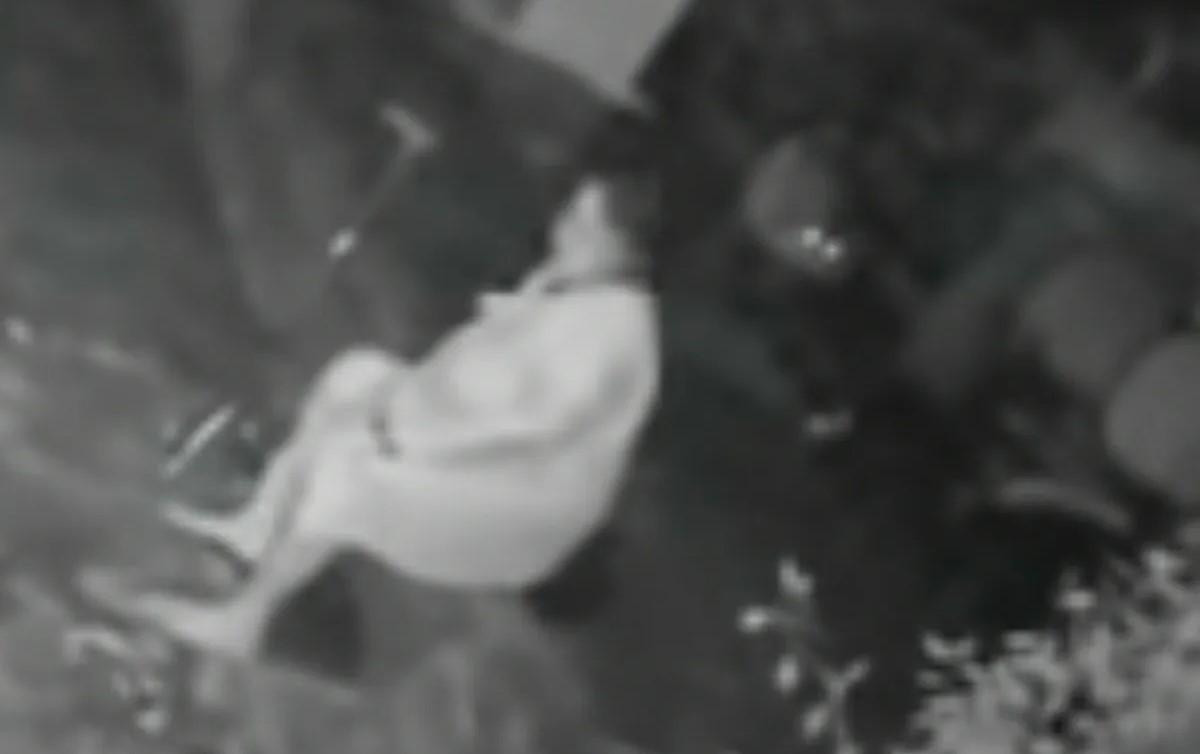 Mujer defiende ataque leopardo bastón