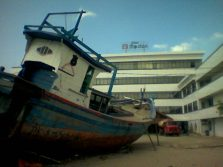 Kekuatan alam memindahkan kapal di kota akibat Tsunami