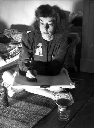 Rosaleen Norton dibujando.