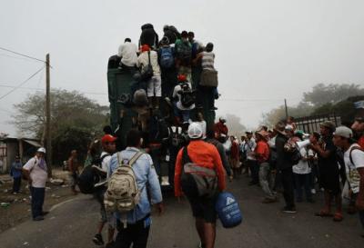 Se reúnen los presidentes de Honduras y Guatemala mientras la caravana llega a México