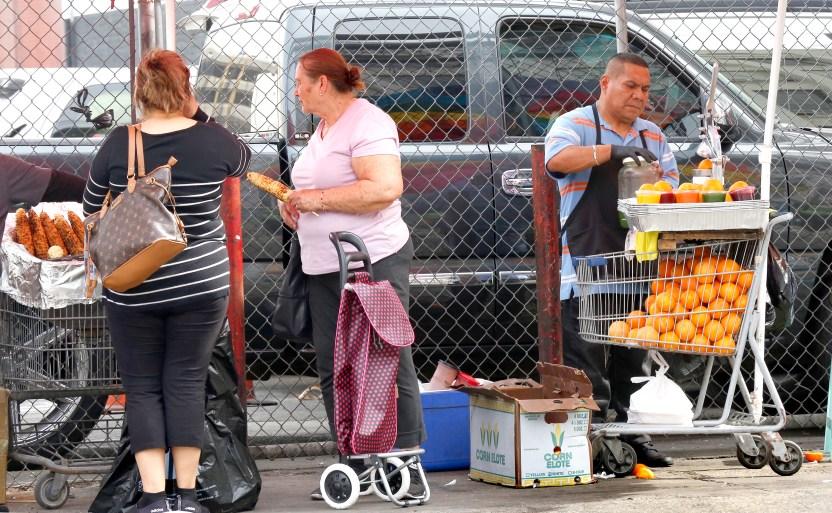 030918 4 vendors - Concejales presentan moción para establecer una moratoria y no multar a los vendedores ambulantes