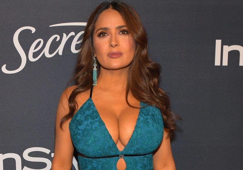 gettyimages 1197768206 e1578673344715 - Salma Hayek recibe el 2021 presumiendo su deslumbrante belleza y curvas de infarto en bikini