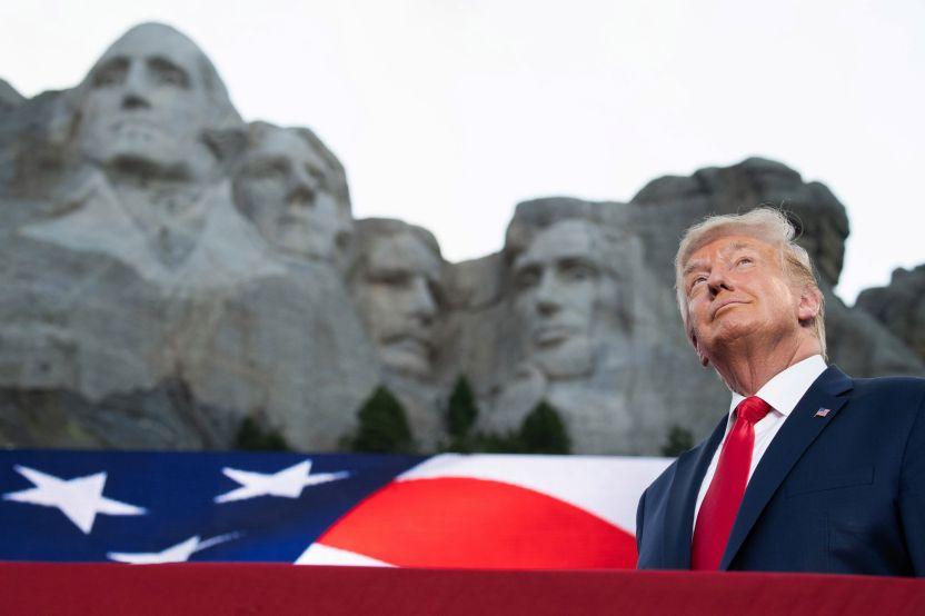 """GettyImages 1224640966 - Los memes del rostro de Trump """"esculpido"""" junto a los fundadores de la Patria en el Monte Rushmore"""