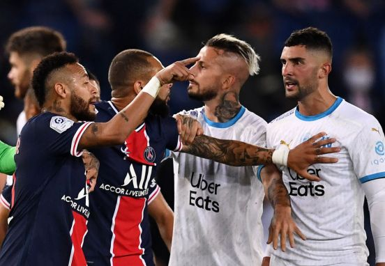 Neymar encarando a Álvaro González.
