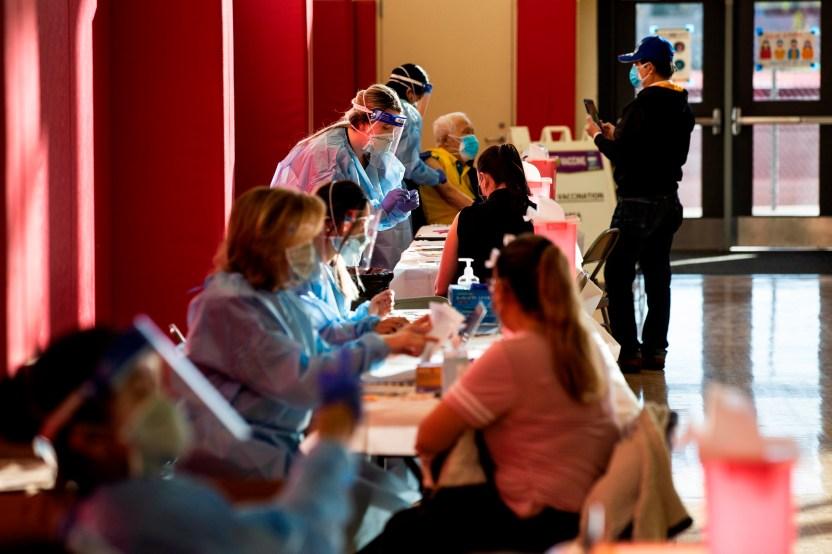 vacunas covid california d593a6903e83875a74e579c3392f35b22f5b6111 - Estados Unidos registra más de 12,000 muertes por COVIV-19 en 3 días