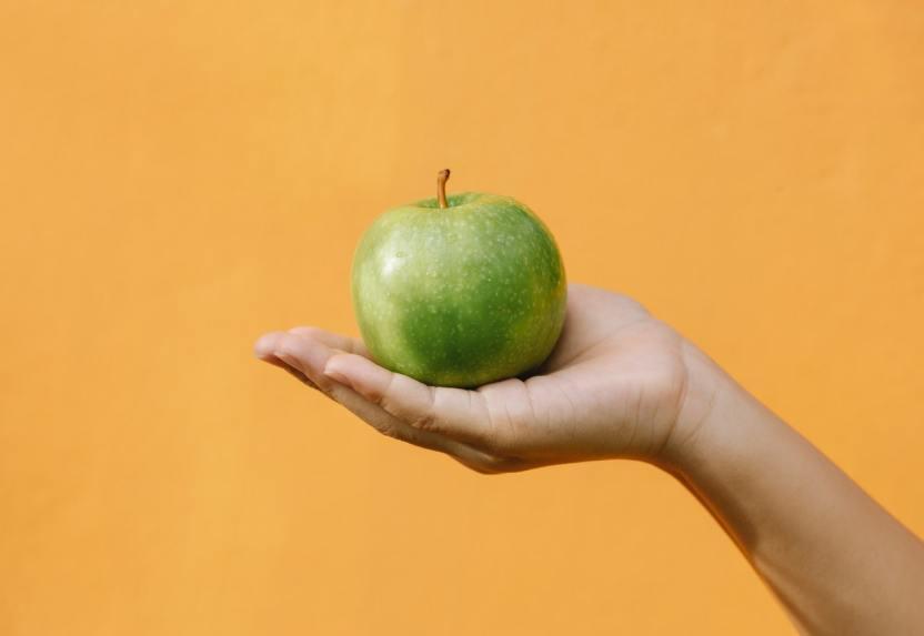 Manzana verde Any Lane en Pexels - Dentadura sana, blanca y sin caries: 5 alimentos para mantenerla