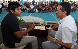 """Atiende Carlos Joaquín a gente de Tulum en """"Platícale al gobernador"""""""