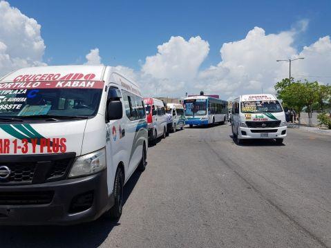SE HACE SENTIR EL TRIUNFO TAXISTA | Combis TTE bloquean autobuses en la Kabah porque se meten a su ruta