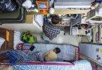 Гонконг. Мать и сын уживаются на 5 квадратных метрах. Фото: joyreactor.cc