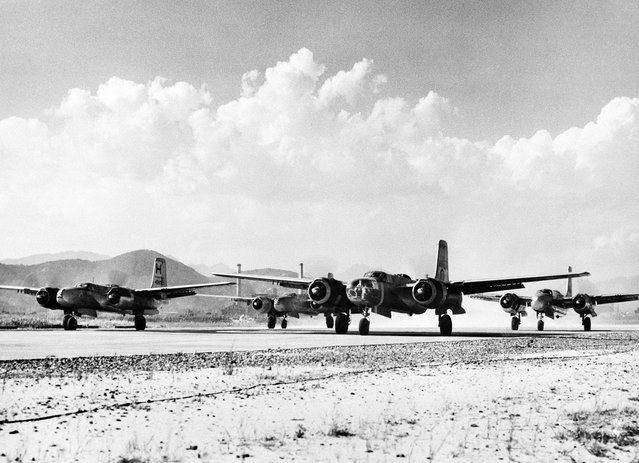 Mesin dari pesawat pengebom B-26 milik Angkatan Udara Amerika Serikat meraung-raung sejenak sebelum akhirnya lepas landas dari pangkalan Amerika Serikat di timur jauh Jepang, pada 20 September 1950, untuk misi peperangan di Korea. Pesawat pengebom bermesin ganda ini diterbangkan dalam rangka membantu misi pasukan darat PBB di sana. (Photo by AP Photo/U.S. Air Force via The Atlantic)