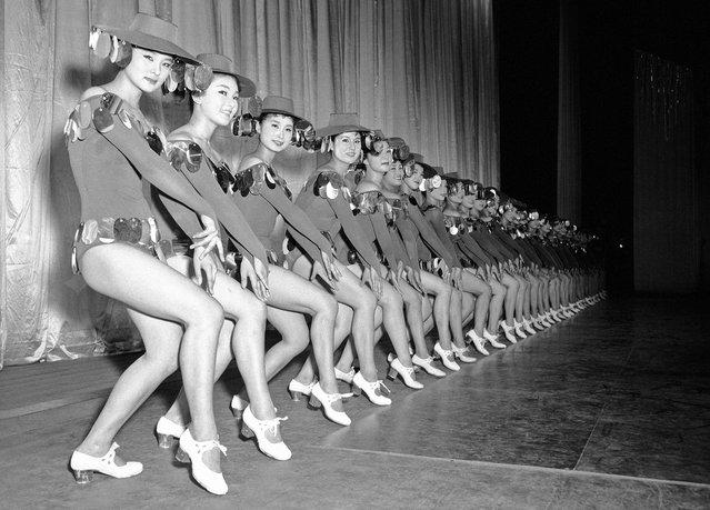 """Para penari Jepang dari grup tari Shochiku berlatih salah satu dari gerakan dalam """"natsu no odori"""", adegan tarian musim panas yang akan mereka pentaskan di Kokusai Theater di Tokyo pada 11 Juli 1958. (Photo by Mitsunori Chigita/AP Photo via The Atlantic)"""